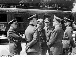 Göring, Hess, Hitler (1<sup>er<\/sup> plan), von Ribbentrop et von Brauchitsch (derrière) devant le wagon de l'Armistice.