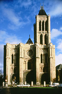 L'abbaye de Saint-Denis, devenue basilique, fut errigée initialement au VIIe siècle par le roi Dagobert.