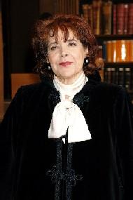 Portrait d'Assia Djebar, dans la bibliothèque de l'Institut de France, le 22 juin 2006, à la suite de la séance solennelle sous la Coupole \/ Copyright Académie française, B.Eymann