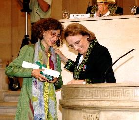 Geneviève Almouzni reçoit le prix scientifique de la Fondation Simone et Cino del Duca des mains du secrétaire perpétuel de l'Académie des sciences Nicole le Douarin.