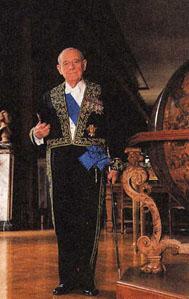 Raymond Barre, ancien Premier ministre, est membre de l'Académie des sciences morales et politiques depuis 2001 dans la section Histoire-Géographie.