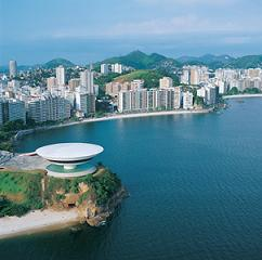 La ville de Nitérói est située à 5 Km de Rio de Janeiro.
