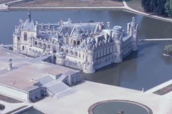 Le château de Chantilly est situé à 50 kilomètres au nord de Paris.