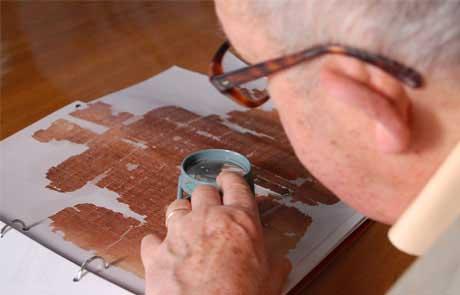 Rodolphe Kasser déchiffrant le papyrus.