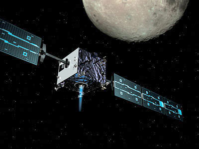 Lancée en 2003, la sonde spatiale SMART 1 a mis un an pour se faire capturer par la gravité lunaire, avant de s'écraser  le 3 septembre 2006 à 7 200 km\/h!