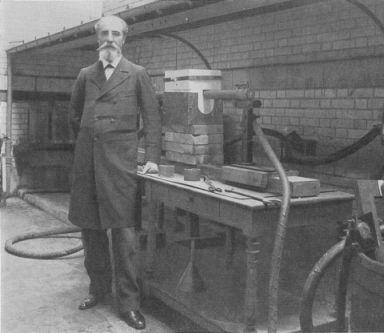 L'invention du four à arc électrique ouvre la porte à l'industrie des pierres de synthèses.