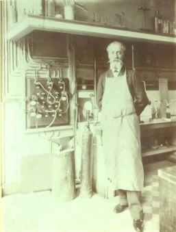Henri Moissan (1852 - 1907) posant dans son atelier.