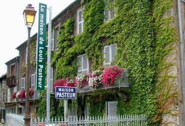 La maison de Louis Pasteur à Arbois est une fondation de l'Académie des sciences. Elle se visite du 1er avril au 30 septembre.