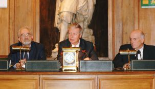 De gauche à droite, Jean Dercourt, Jules Hoffmann, et Jean-François Bach, en janvier 2006, faceà 400 élèves d'école primaire