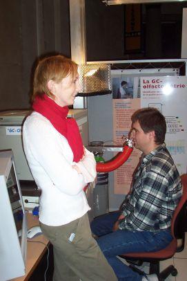Le chromatographe olfactif, testé par un visiteur du Palais de la Découverte.