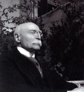 Emile Mâle de l'Académie française (1862-1954) sur la loggia du palais Farnèse (Rome).