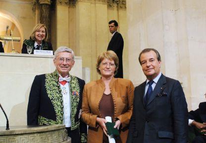 Michel Albert et les représentants de l'Association des Œuvres Hospitalières Françaises de l'Ordre de Malte, le 13 juin 2007 sous la Coupole