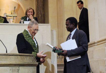 François Gros et Ogobara Doumbo, le 13 juin 2007, sous la Coupole