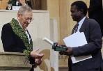Remise du prix Christophe Mérieux le 13 juin 2007 par François Gros à Ogobara Doumbo