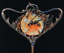René Lalique, Hutnadel «Wespen und Skabiose» (scabiosa stallata), um 1899-1900.
