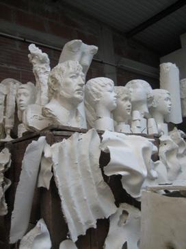 Bustes et morceaux de plâtre dans l'atelier de Claude Abeille