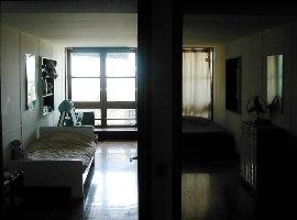 Les chambres des enfants, tout en longueur, sont séparées d'une porte coulissante