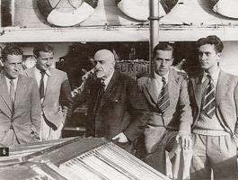 Les quatre hommes du premier hivernage entourent le commandant Charcot à bord du Pourquoi pas?. A gauche, Paul-Emile Victor et Fred Matter, et à droite Michel Perez et Robert Gessain