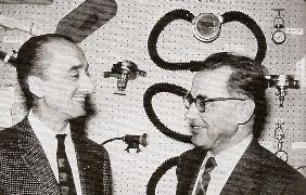 Jacques-Yves Cousteau et Emile Gagnan devant le scaphandre autonome