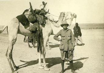 Il n'existe presque aucune image de la première méharée de Monod en 1923. Ici, dans le même désert mauritanien en 1927, il s'apprête à partir en expédition