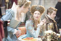 L'actrice Cate Blanchett incarne Elizabeth 1ère d'Angleterre en 1998, dans le film Elizabeth, l'âge d'or