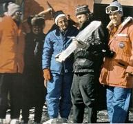 L'équipe de chercheurs (Claude Lorius est en bleu) examine un des tronçons de leur carotte longue de 2083 mètres