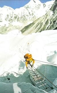 Franchissement d'une crevasse vers 6000 mètres d'altitude. Echelles et cordes fixes sont indispensables dans le méandre des crevasses qui constitue le début de la montée
