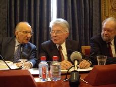 Bernard Bourgeois de l'Académie des sciences morales et politiques, entouré de ses confrères Yvon Gattaz (à gauche) et Jean Baechler (à droite), le 17 mars 2008, en salle des séances, Institut de France