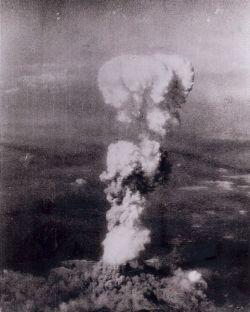 Champignon atomique produit par l'explosion sur Hiroshima, le 6 août 1945