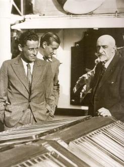 Paul-Emile Victor et Jean-Baptiste Charcot,  sur le pont du Pourquoi pas? en septembre 1935 à Rouen
