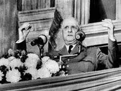 Charles de Gaulle sur le balcon de l'hôtel de ville de Montréal lors de l'allocution pendant laquelle il prononça son célèbre: Vive le Québec libre! (1967)