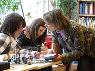Les classes participantes s'engagent à lire 5 romans de littérature de jeunesse francophone en quatre mois et à décerner, après avoir siégé en jurys, un prix qui sera remis à l'auteur lauréat.
