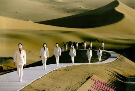 """Défilé de mode de Pierre Cardin """"Printemps-Été 2008 """"dans le désert de Gobi"""