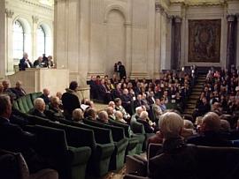 Philippe Beaussant prononçant l'éloge de Jean-François Deniau, le 23 octobre 2008, sous la Coupole de l'Institut de France