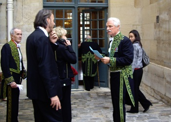 Yann Arthus-Bertrand peu avant sa réception sous la Coupole de l'Institut. A gauche au second plan, Pierre Schoendoerffer, réalisateur, membre de l'Académie des beaux-arts
