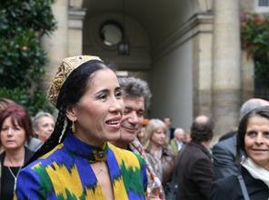 Monajat Yulchieva, a interprété un chant ouzbek, après la violoniste Sarah Nemtanu qui a joué une sonate de Bach, sous la Coupole