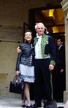 Yann Arthus-Bertrand sortant de la Coupole de l'Institut en compagnie de son épouse