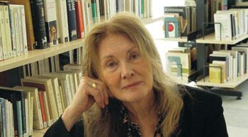 Annie Ernaux est successivement devenue institutrice, professeur agrégée de lettres modernes. Prix Renaudot pour La Place en 1984, elle écrit à la croisée de l'expérience historique et de l'expérience individuelle.