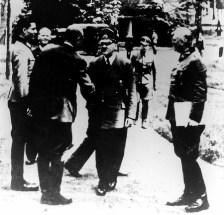 Stauffenberg (1er à g) rencontrant Hitler.