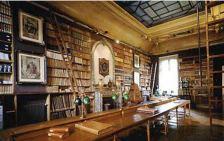 La salle de lecture de la bibliothèque avec sa verrière au plafond, ancien cabinet de travail de Thiers