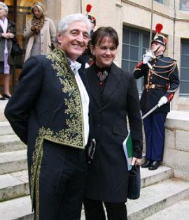Jean-Loup Dabadie de l'Académie française et son épouse, à la sortie de sa réception sous la Coupole, le 12 mars 2009 à l'Institut de France