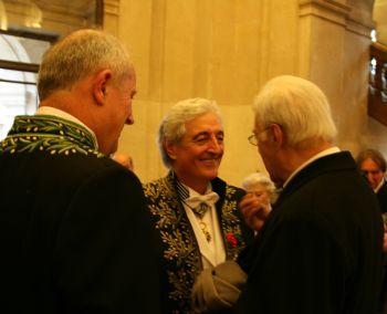 Jean-Loup Dabadie de l'Académie française, entouré de ses amis, son confrère Frédéric Vitoux à gauche et de Guy Bedos à droite, le 12 mars 2009, sous la Coupole de l'Institut de France