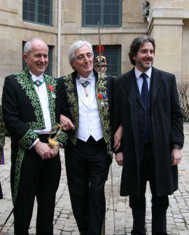 Jean-Loup Dabadie de l'Académie française, entouré de son confrère Frédéric Vitoux et de son fils, à la sortie de sa réception sous la Coupole, le 12 mars 2009 à l'Institut de France