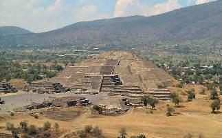 Pyramide de la lune, monument aztèque du Teotihuacán, littéralement, «lieu où l'on devient dieu»