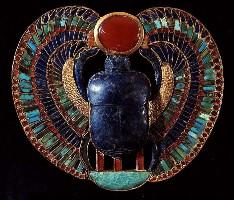 Bijou en forme de scarabée provenant de la tombe de Toutankhamon. Vallée des Rois, Thèbes. Or, ambre et lapis-lazuli. XVIIIe dynastie. Vers 1361-1352 avant J.-C.