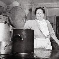 Eugénie Brazier (1895 - 1977) aux fourneaux © Archives Page d'écriture.
