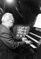 Olivier Messiaen, à l'orgue Cavaillé-Coll de l'église de la Trinité, à Paris.