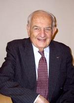 Alfred Grosser, politologue, sociologue et historien français d'origine allemande né en 1925 à Francfort-sur-le-Main