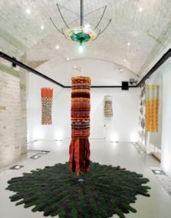 La Belle au bois dormant (pendant qu'elle dormait), montage-ruban, installation de David-Elliot Salamanovich, 2008