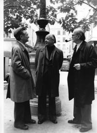 Eugène Ionesco entouré de Emil Cioran (à gauche) et Mircea Eliade (à droite) © Louis Monier